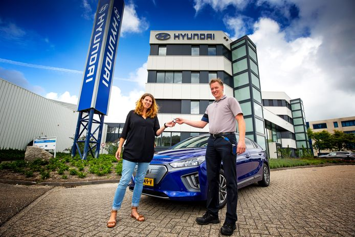 Marleen krijgt de sleutels van 'haar' Hyundai Ioniq Electric. Tot eind december test zij de EV namens onze autoredactie FOTO BART HOOGVELD