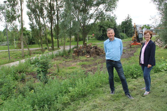 Schepen van leefmilieu Rudy Rommens en collega Rita Lammertyn op de plaats waar het wonderwoudje zal verrijzen.