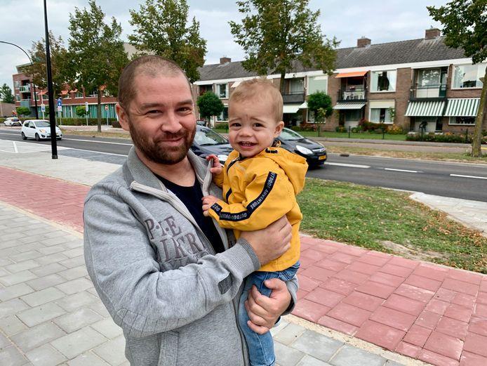 Charl Listwan (34) met zoontje Sven (1) die geregeld samen een wandelingetje maken door de wijk.