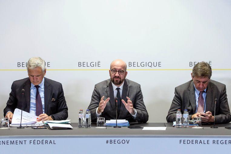 Peeters (l.) samen met premier Michel en minister van Binnenlandse Zaken Jan Jambon vanmiddag op de persconferentie van de regering. Beeld Photo News