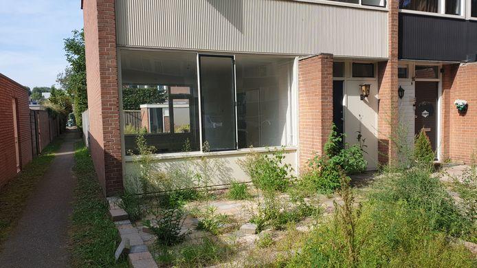 De woning in Hintham waar Sharona bij Bill introk en de nodige klanten ontving. Nadat het duo uit het huis werd gezet, besloot de verhuurder het hoekhuis deze zomer te koop te zetten.