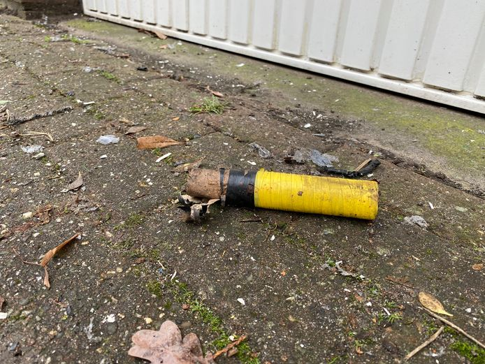 De bom lag nog voor de garagedeur.