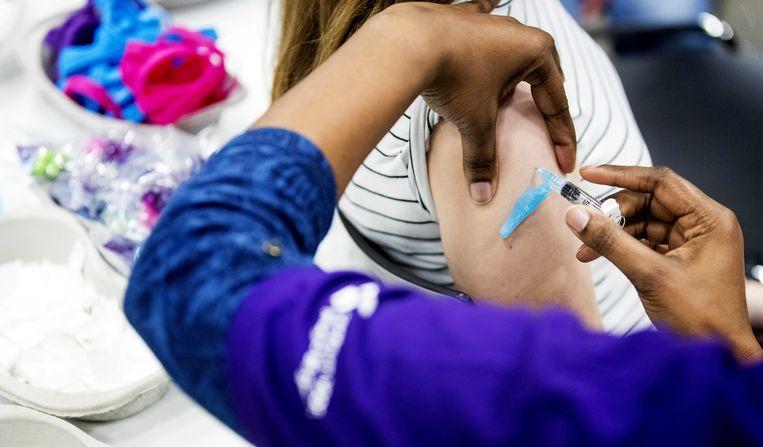 Kinderen worden gevaccineerd tegen het virus dat baarmoederhalskanker kan veroorzaken en meningokokken tijdens een vaccinatiedag in Ahoy, 26 maart 2019. Beeld ANP