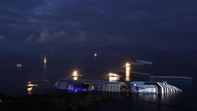 De zoekactie rond en in de Costa Concordia. Beeld reuters