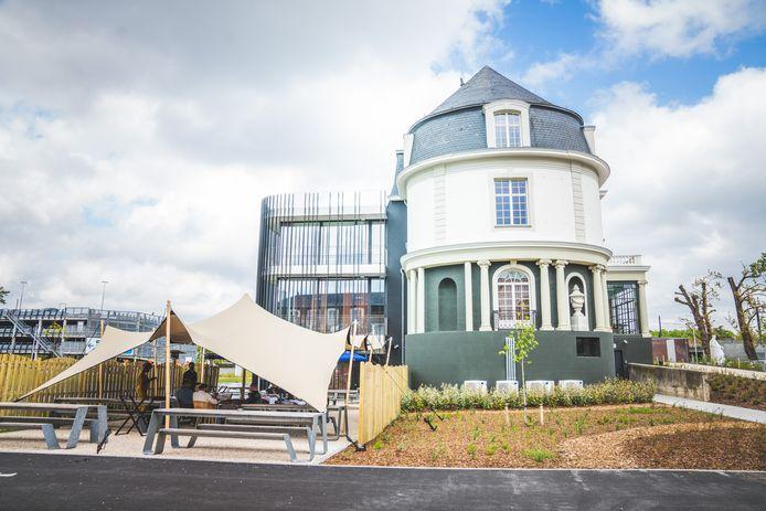 Restaurant Sensum aan het gerestaureerde kasteeltje aan ziekenhuis Maria Middelares.