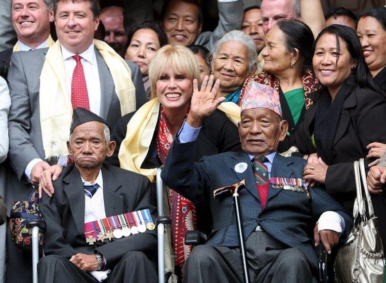 Actrice Joanna Lumley (midden), wier vader James als Brits officier in een Gurkharegiment diende in de Tweede Wereldoorlog in Birma, viert met diens oud-strijdmakkers de overwinning in de slag om erkenning van hun verdiensten voor het Verenigd Koninkrijk voor het Hooggerechtshof in Londen. Foto EPA/Andy Rain Beeld