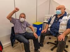 Wim (86) opgelucht na eerste coronaprik: 'Nu durf ik weer naar buiten'