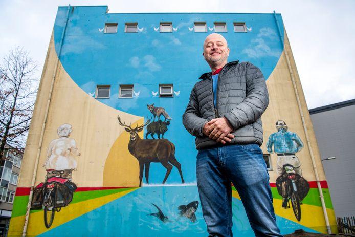 Kunstenaar Stephan Peters doet mee aan een internationale Street Art-wedstrijd. Veel van zijn werk is al in het openbare leven van Apeldoorn te zien, zoals hier langs de Stationsstraat.