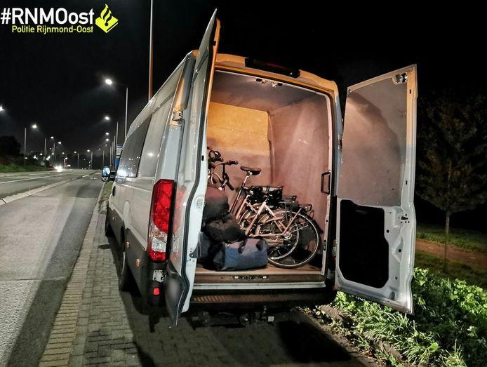 Voordat je het weet staat je fiets in een busje, op weg naar de grens.