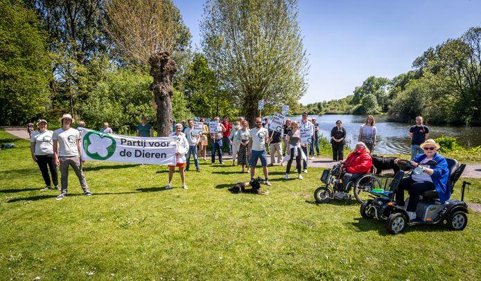 De Partij voor de Dieren hield zondagmiddag een protestactie tegen de aanleg van een vier meter breed fietspad door het groen rond de Hanevoetvijver in Eindhoven.