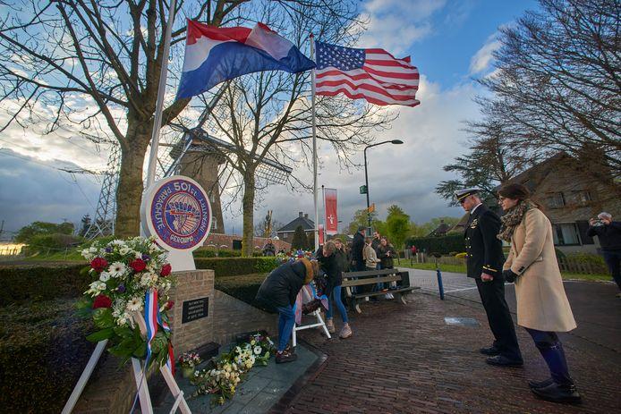 De kranslegging bij het monument in Eerde door onder anderen kinderen van de adoptieklas en Nick Howlett (rechts), vertegenwoordiger van de Amerikaanse ambassade.