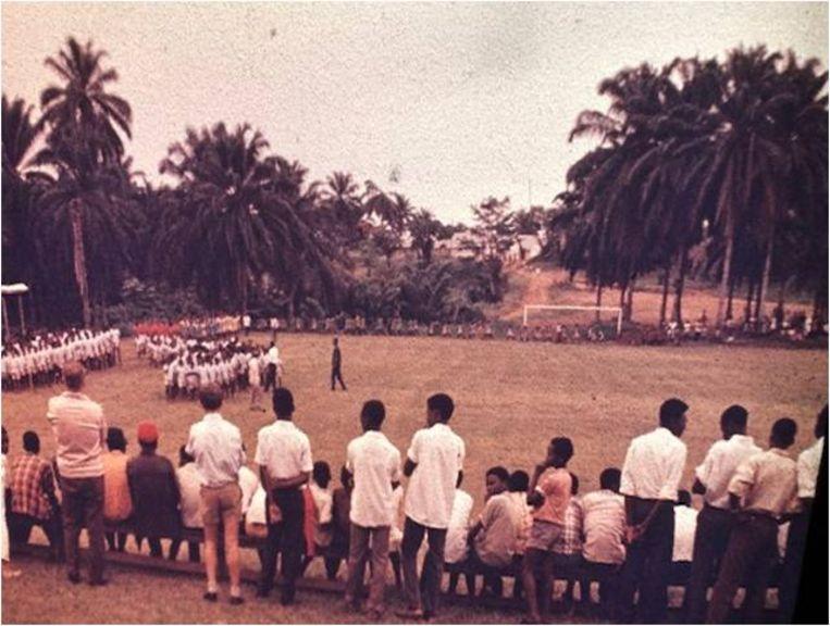 Een voetbalwedstrijd in Lokutu. Het veld was van de katholieke missie. Beeld Privébezit Herman Janssen