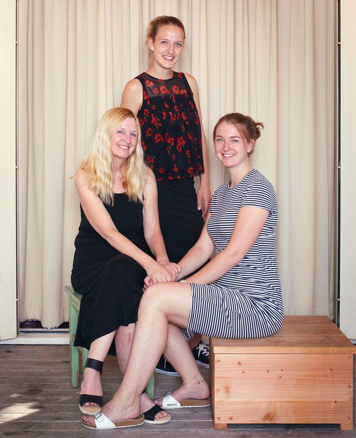 Carla Kuipers met haar dochters Fieke (staand) en Marijn.