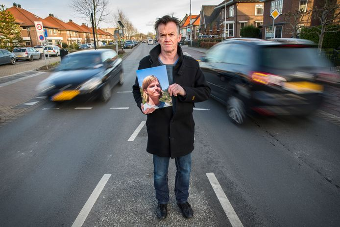 Chris van Driel op de plek waar zijn zoon dood werd gereden, in Leerdam. Hier deed hij zelf buurtonderzoek om te achterhalen wat er is gebeurd.
