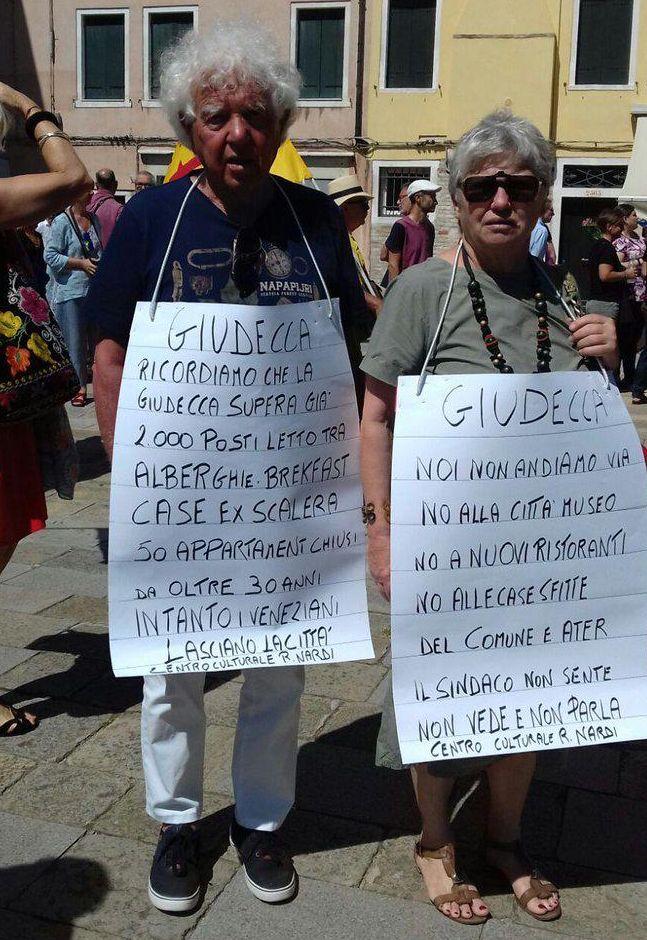 """""""De burgemeester hoort niets, ziet niets, praat niet"""", """"Wij gaan niet weg"""", """"Nee aan nieuwe musea, restaurants en vakantieverblijven"""",... Deze twee Venetianen nemen een duidelijk standpunt in."""