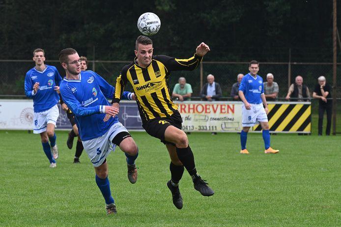 Juliana-verdediger Maik Veld zit SES'er Melvin van den Elzen op de hielen.