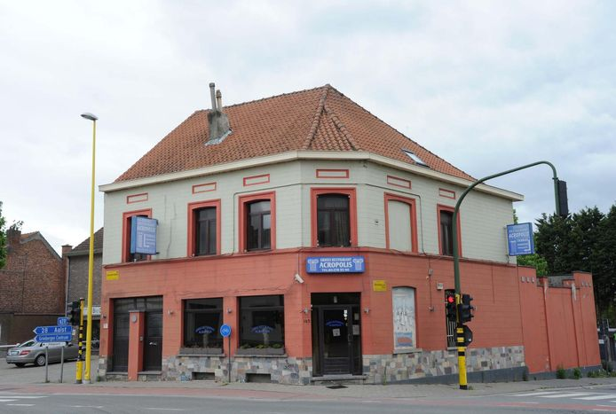 Restaurant Acropolis op de Vilvoordsesteenweg is gesloten door de politie.
