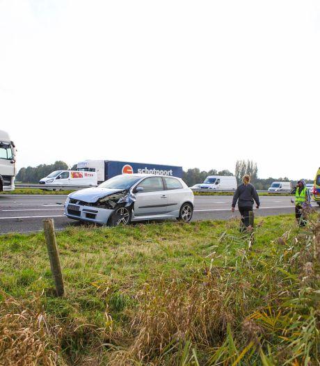 Auto botst op trailer van vrachtwagen bij A28 afrit Nijkerk: rijstrook en afrit afgesloten