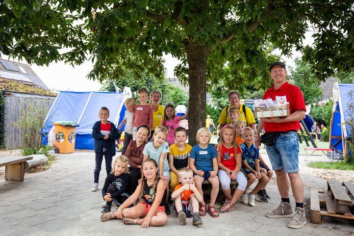 Marco Kivit zit al 40 jaar in de organisatie van de kindervakantieweek in Hedel. Woensdag ontving hij samen met andere vrijwilligers een bedankje in het kader van het Nationale Jaar van de Vrijwilliger.
