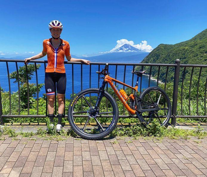 Anne Terpstra geniet van de natuur op het schiereiland Izu, vlak bij Tokio.