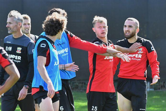 In september had Erkan Eyibil (r) het op de training al aan de stok met Mael Corboz (blauw shirt). Boyd Lucassen sust de kemphanen.