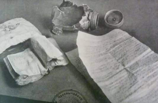 Een foto van het ooggetuigenverslag van Zalman Gradowski zoals te zien in Pavel Polians boek 'Scrolls from the ashes'.