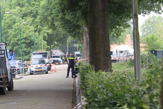 De politie doet onderzoek na de dodelijke schietpartij waarbij Ossenaar Peter Netten om het leven kwam.