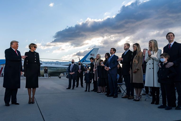 Familieleden klappen voor Donald en Melania Trump tijdens de afscheidsbijeenkomst op een legerbasis bij Washington. Beeld AFP