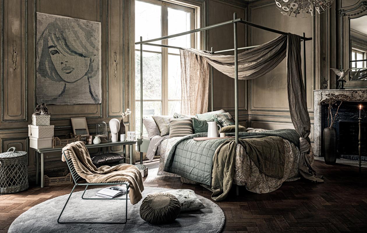 Een wollig rond vloerkleed in de slaapkamer zorgt voor een knusse sfeer in de kamer Stylist: Liza Wassenaar.