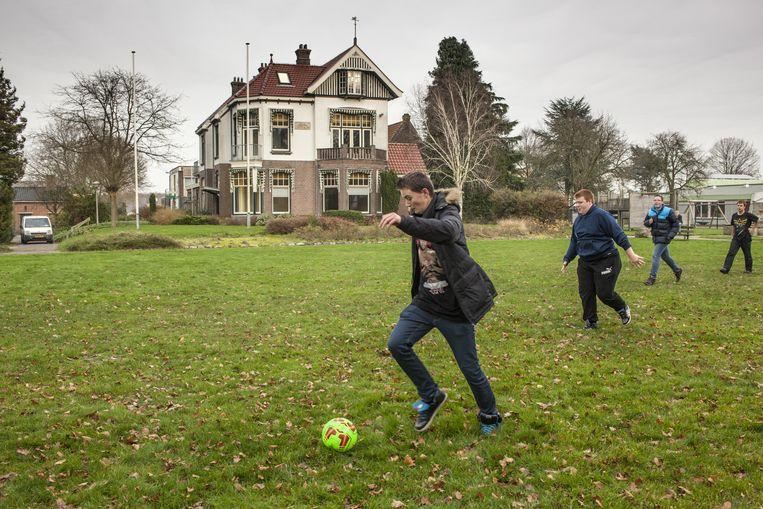 Scholieren voetballen voor Mooi Gaasterland, het landgoed in Rijs wara 500 asielzoekers moeten komen. Beeld null
