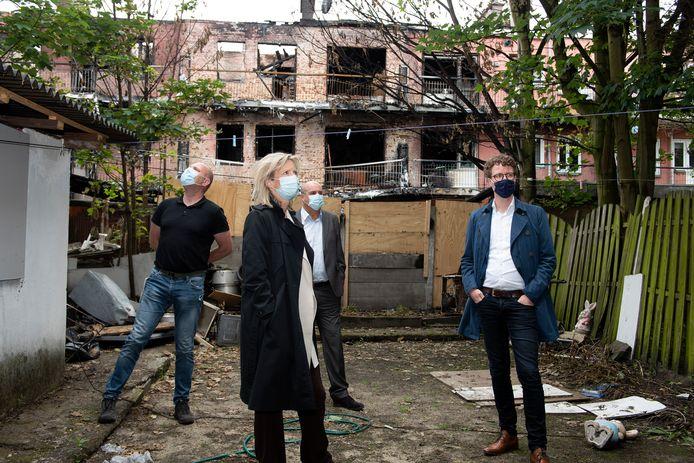 Minister Kajsa Ollongren en wethouder Martijn Balster bij het verwoeste appartementencomplex in de Wouwermanstraat woensdagmorgen.