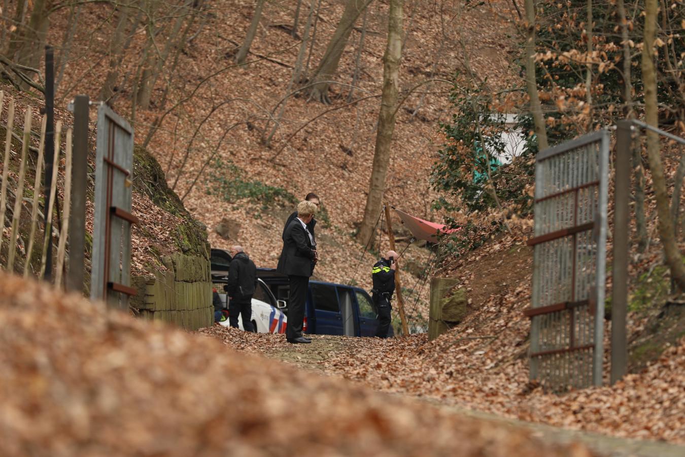 De politie doet onderzoek naar een lichaam dat woensdagochtend werd aangetroffen in Park Zijpendaal in Arnhem.
