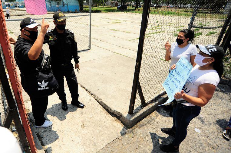 Een demonstratie bij een overvolle gevangenis in Mexico City. Beeld Barcroft Media via Getty Images