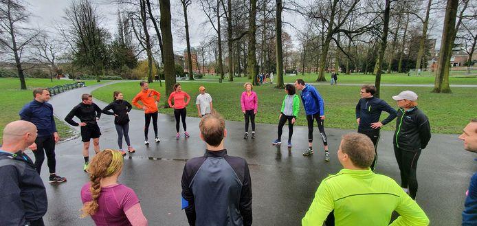 Deelnemers van de Runningdate stellen zichzelf voor in het Valkenberg