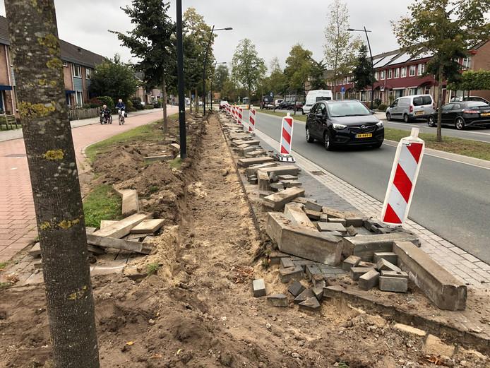 De aannemer is al begonnen in de Hobostraat. Deze parkeervakken worden breder. Maar volgens de bewoners niet breed genoeg.