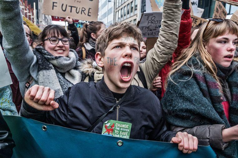 Het klimaatprotest blijft toenemen: voor de derde donderdag op rij daagden vooral jongeren massaal op om in Brussel hun stem te laten horen. De politie telde liefst 35.000 aanwezigen. Beeld Tim Dirven