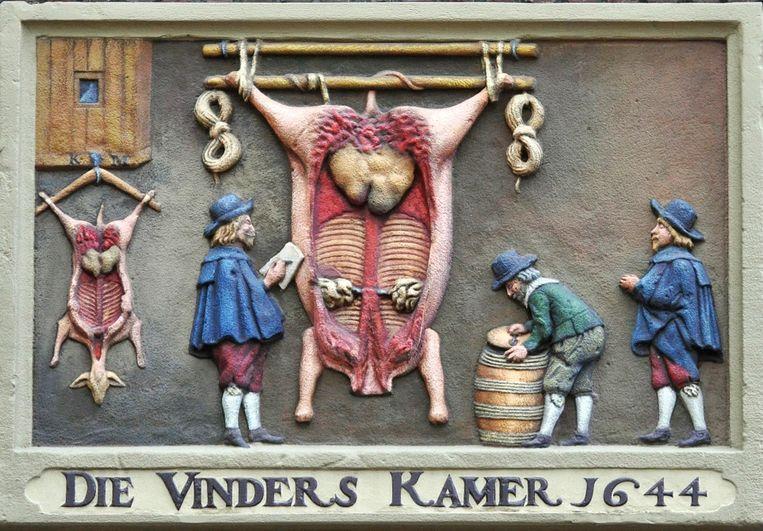 Gevelsteen 'Die Vinderskamer' op gebouw Pietershuis. Beeld Frank Lucas