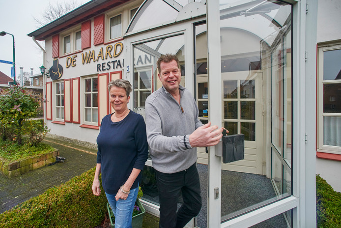 Hans en Anja Rombouts hebben hun restaurant De Waard in Heesch te koop staan.