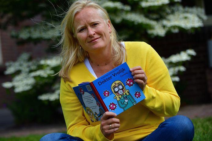 Huisarts Yvonne Maat heeft een kinderboekje geschreven met uitleg over corona.
