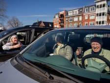 Gwenda treft haar ouders vanwege corona al een jaar lang op de parkeerplaats: 'Vanuit de auto's praten we dan bij'