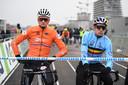 Van der Poel en Van Aert maken zich klaar voor de start.