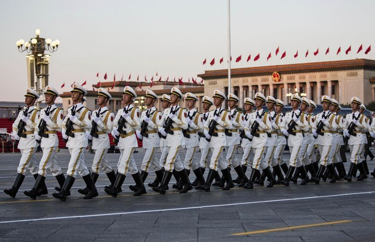 BEIJING, CHINA - SEPTEMBER 03:  Chinese soldiers march passed the Great Hall of the People inTiananmen Square before a military parade on September 3, 2015 in Beijing, China. China is marking the 70th anniversary of the end of World War II and its role in defeating Japan with a new national holiday and a military parade in Beijing.  (Photo by Kevin Frayer/Getty Images) Beeld null