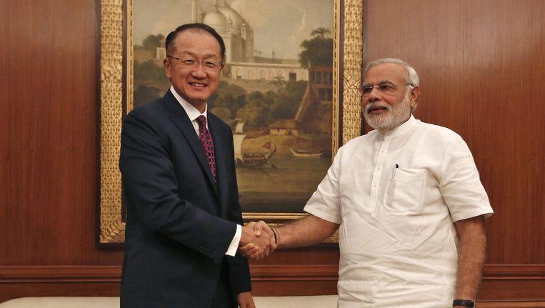 Indiase premier Narendra Modi met president van de Wereldbank Jom Yong Kim (links). Modi wil de corruptie in India aanpakken. Beeld epa