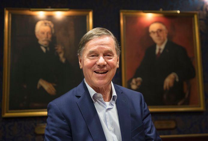 Peter Swinkels met zijn voorvaderen op de achtergrond.