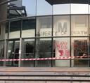Ingeslagen ruiten op de PolyU campus in Hongkong. Isabel (19) uit Breda maakte deze foto net voordat ze met spoed vertrok en naar Kuala Lumpur afreisde.