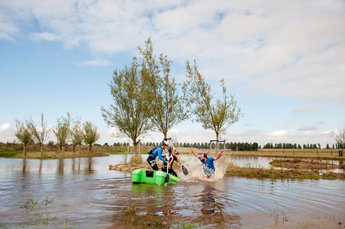 Deelnemers aan de Biesbosch Challenge leggen lopend, fietsend, steppend en varend een route af. Onderweg volgen tal van opdrachten.