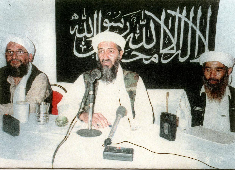 Osama bin Laden (m.), diens latere opvolger Ayman al-Zawahiri (l.) en Mohammed Atef, op een onbekende plek en onbekend tijdstip. Beeld AFP