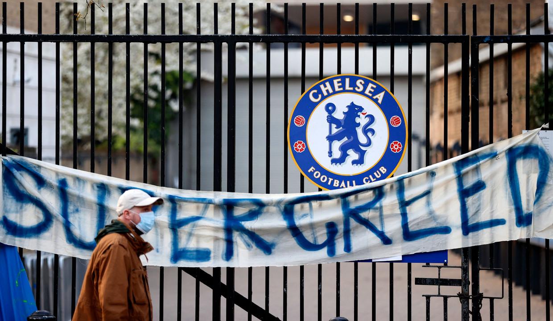 'Supergreed' (super hebzucht) staat te lezen op een spandoek aan een poort van Stamford Bridge, het stadion van de Londense club Chelsea. Beeld AFP