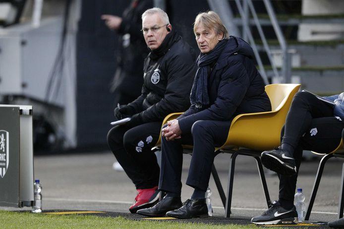 Adrie Koster (rechts) en assistent Gery Vink overleggen tijdens RKC - Willem II.