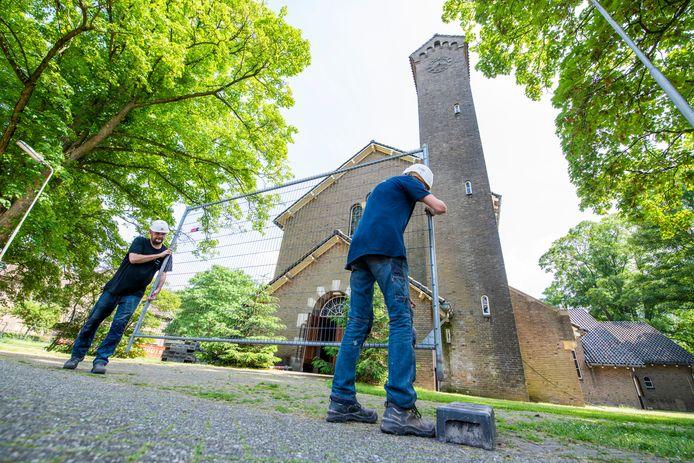 Er komen volgend jaar maart 400 vluchtelingen in het azc aan de Deventerstraat in Apeldoorn. Voorbereidingen zijn inmiddels in volle gang.
